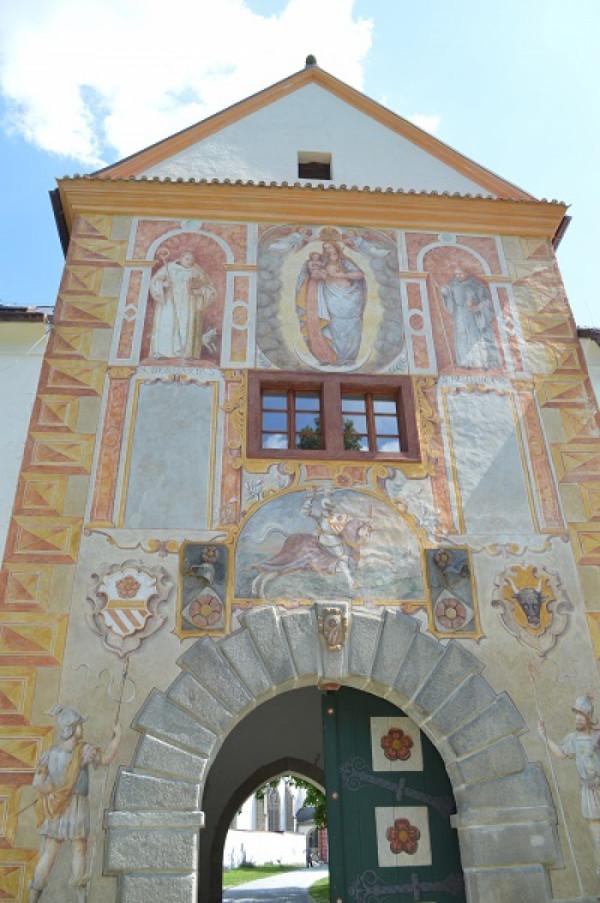 Vstupní brána do kláštera ve Vyšším Brodě