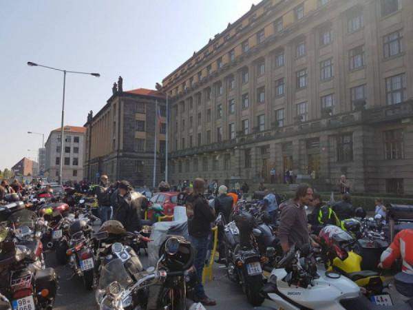 Majitelé malých autoservisů se bohužel nesrocují před Ministerstvem dopravy jako motorkáři. Ti si dovedli protestními shromážděními vydobýt jisté výhody.