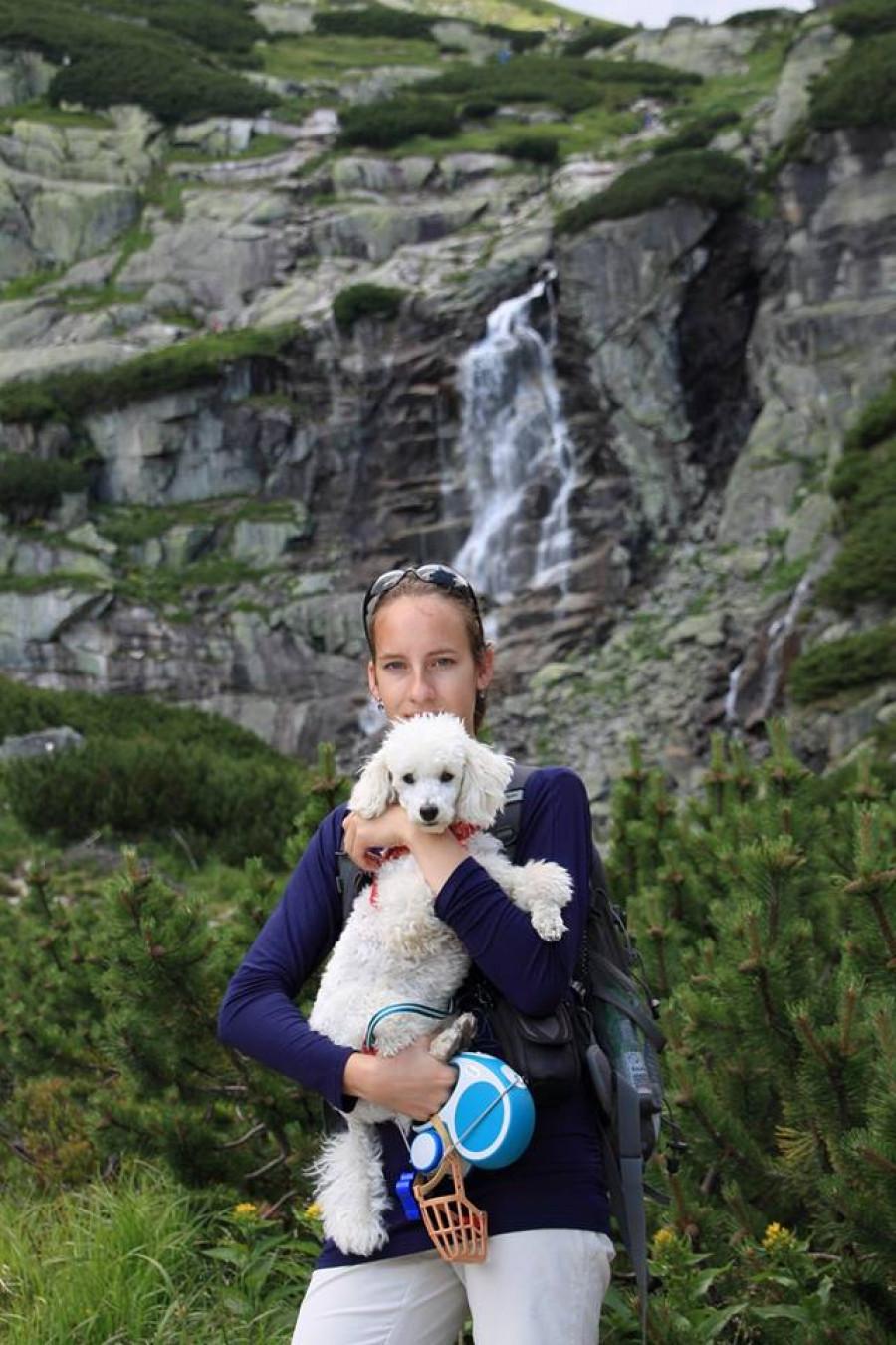 Moje dcera a náš vysokohorský pudl u jednoho z tatranských vodopádů