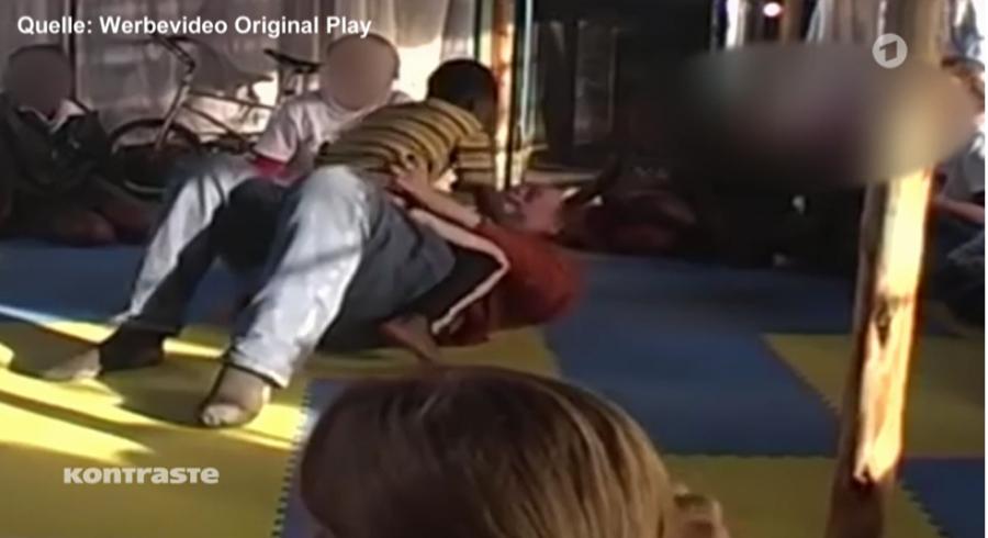 Německo-rakouská reportáž využila záběrů z propagačního videa Original play. I z nich mrazí...