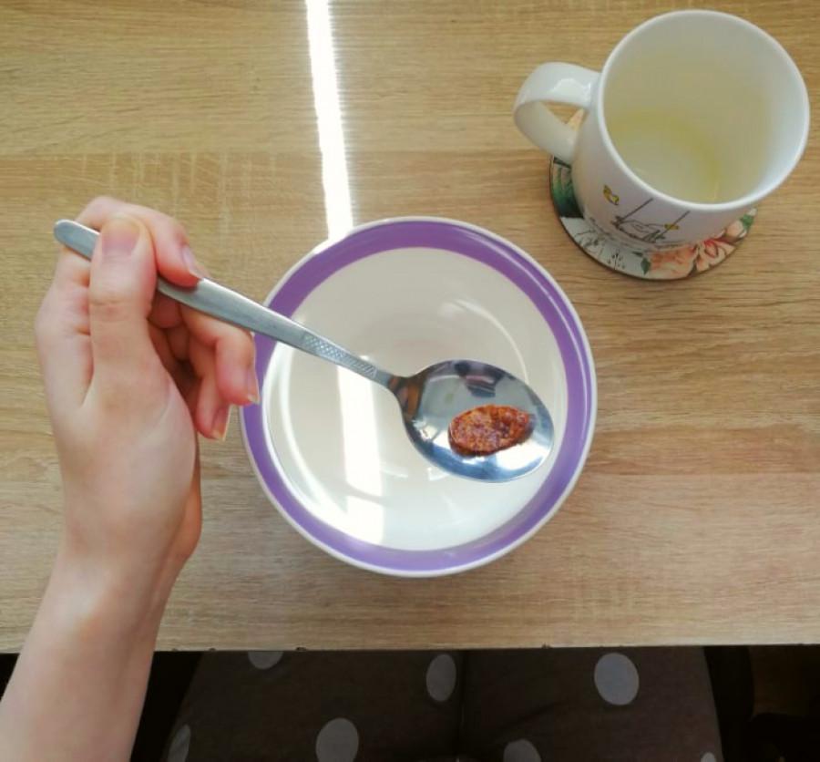 Zmenšování porcí nebo odmítání jídla úplně je jeden z příznaků mentální anorexie.