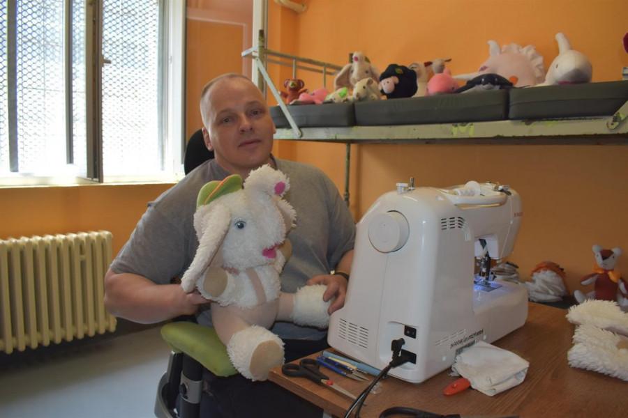 Robert Tempel nyní ve věznici Bělušice na Mostecku šije plyšáky pro děti v dětských domovech.