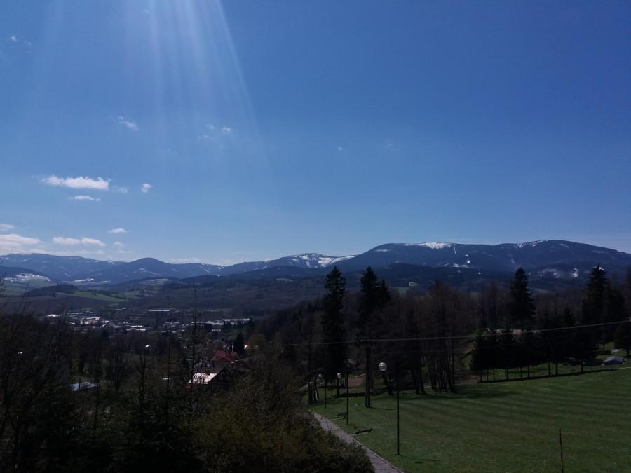 Pohled na hory (úplně vlevo Praděd, vpravo Šerák) pokryté sněhem