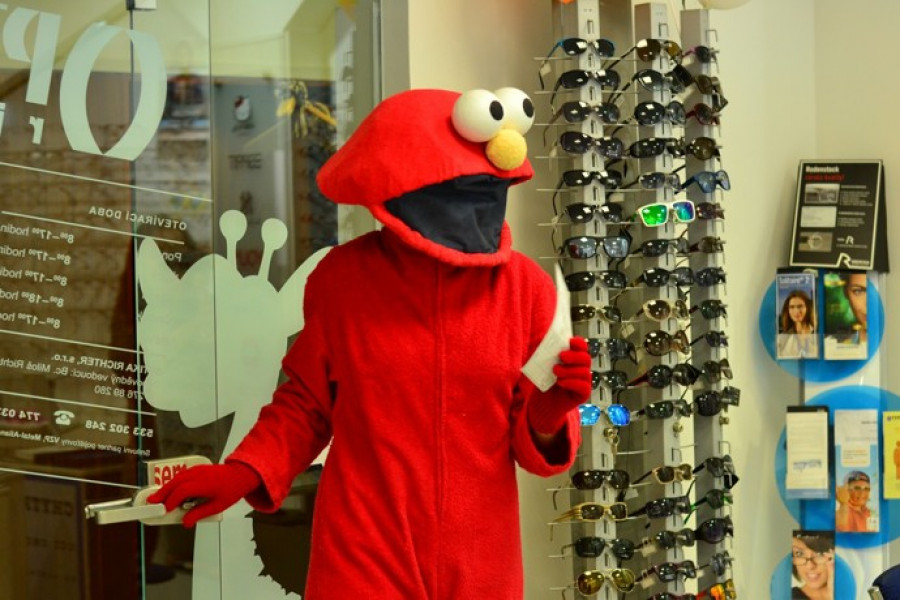 Elmo při vybírání brýlí v optice.