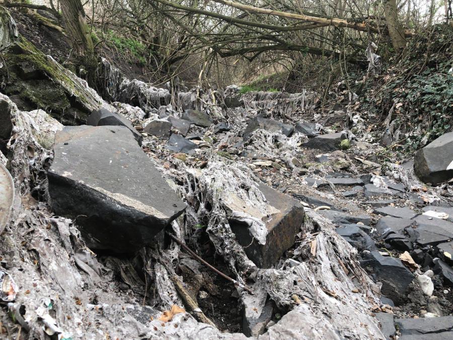 koryto ne-potoka v Ostroveckém údolí, plné vlhčených ubrousků