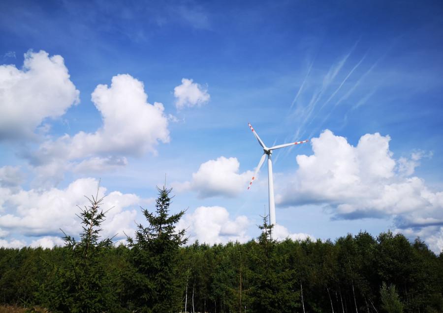 Dukaz škodliveho odebirani energie větru. Za větrakem dešťove mraky, před nim už enem modra obloha s rozsekanu oblačnosťu