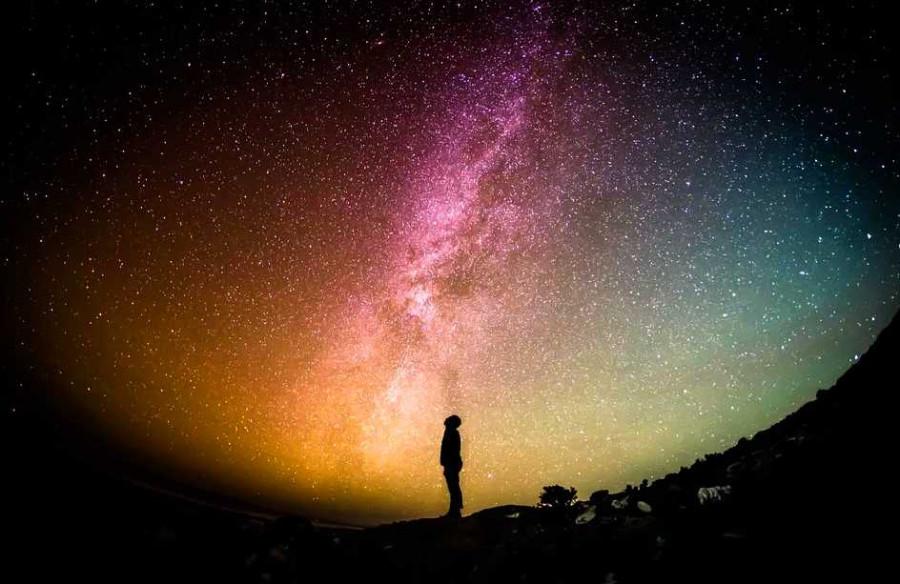 Zdroj: pixbay.com, licence CC0, https://pixabay.com/de/photos/milchstra%C3%9Fe-universum-person-sterne-1023340