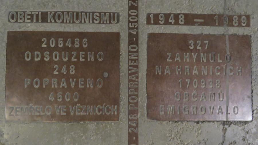Deska na památníku