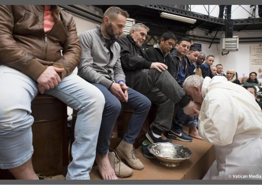 Papež na kolenou myje a líbá nohy 12ti vězňům ... 8 z nich jsou cizinci a 2 jsou muslimové