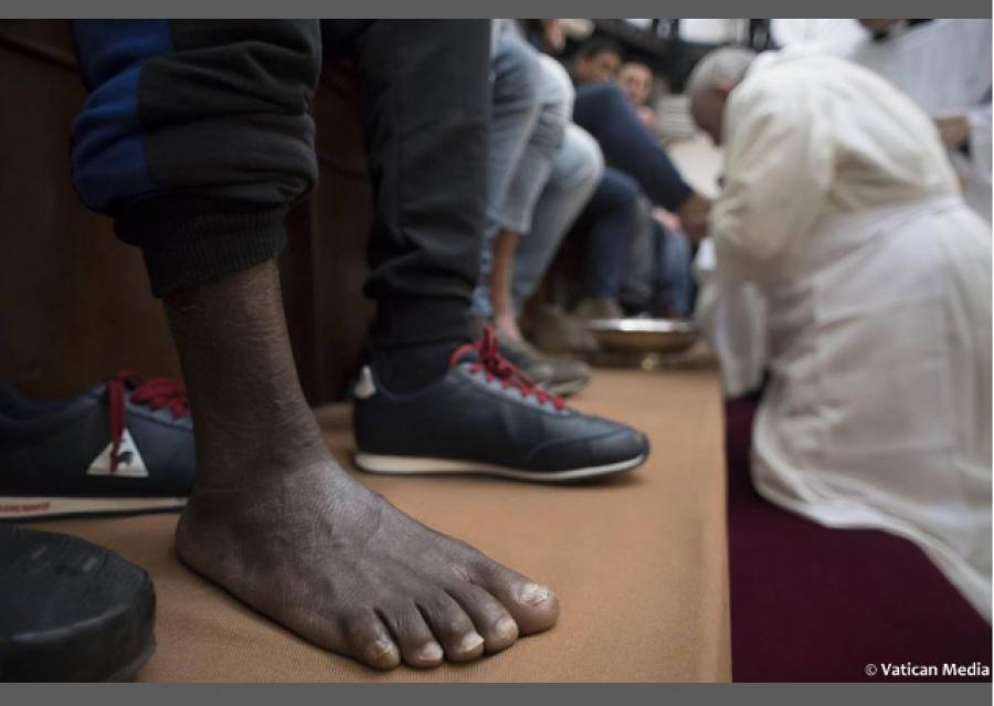 Papež se plazí po kolenou před multikulti vězni
