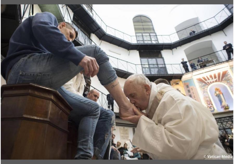 Bergoglio líbá nohy vězňům