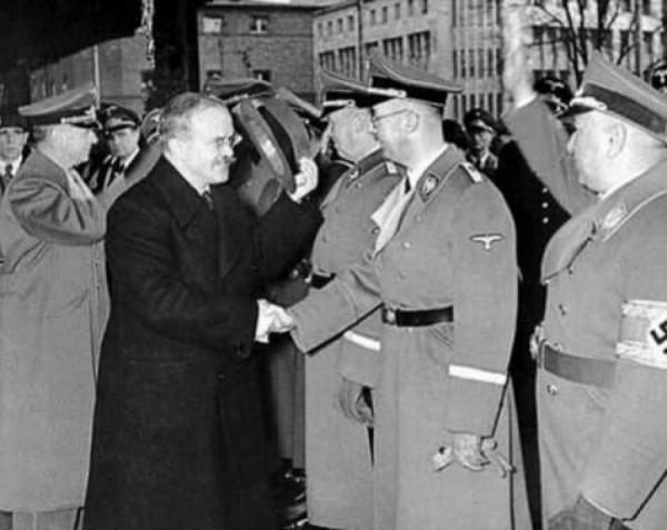 Soudruh Himmler vítá soudruha Molotova 12.11.1940 na soudružské návštěvě v Berlíně. Téma: rozdělení světa.
