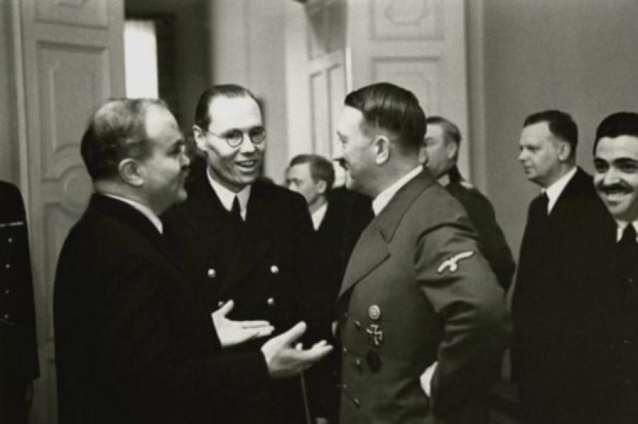 Soudruh Molotov na pracovní snídani u soudruha Hitlera. Berlín listopad 1940 Téma: vzájemné spojenectví a spolupráce.