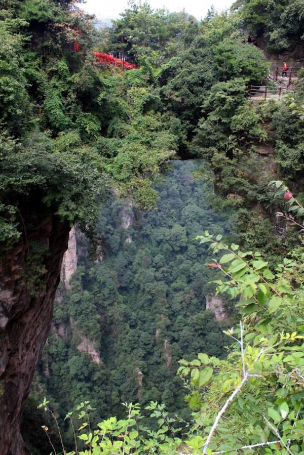 Cestou se jde přes několik skalních mostů