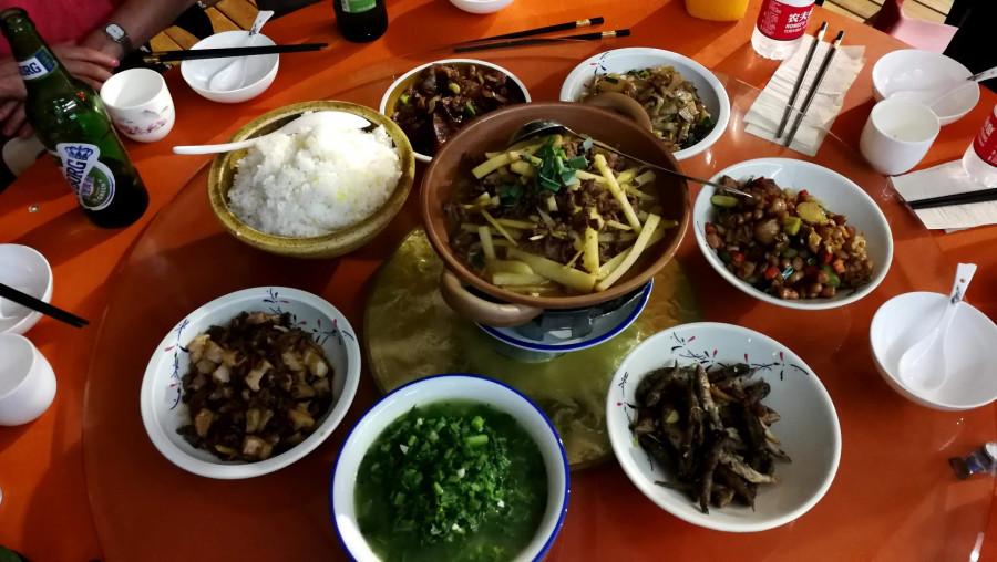 Avatarská restaurace, pro 6 lidí se objednává 7 jídel a rýže