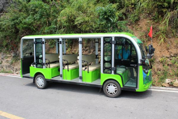 Kromě klasických autobusů jezdí některé trasy elektrovozítka