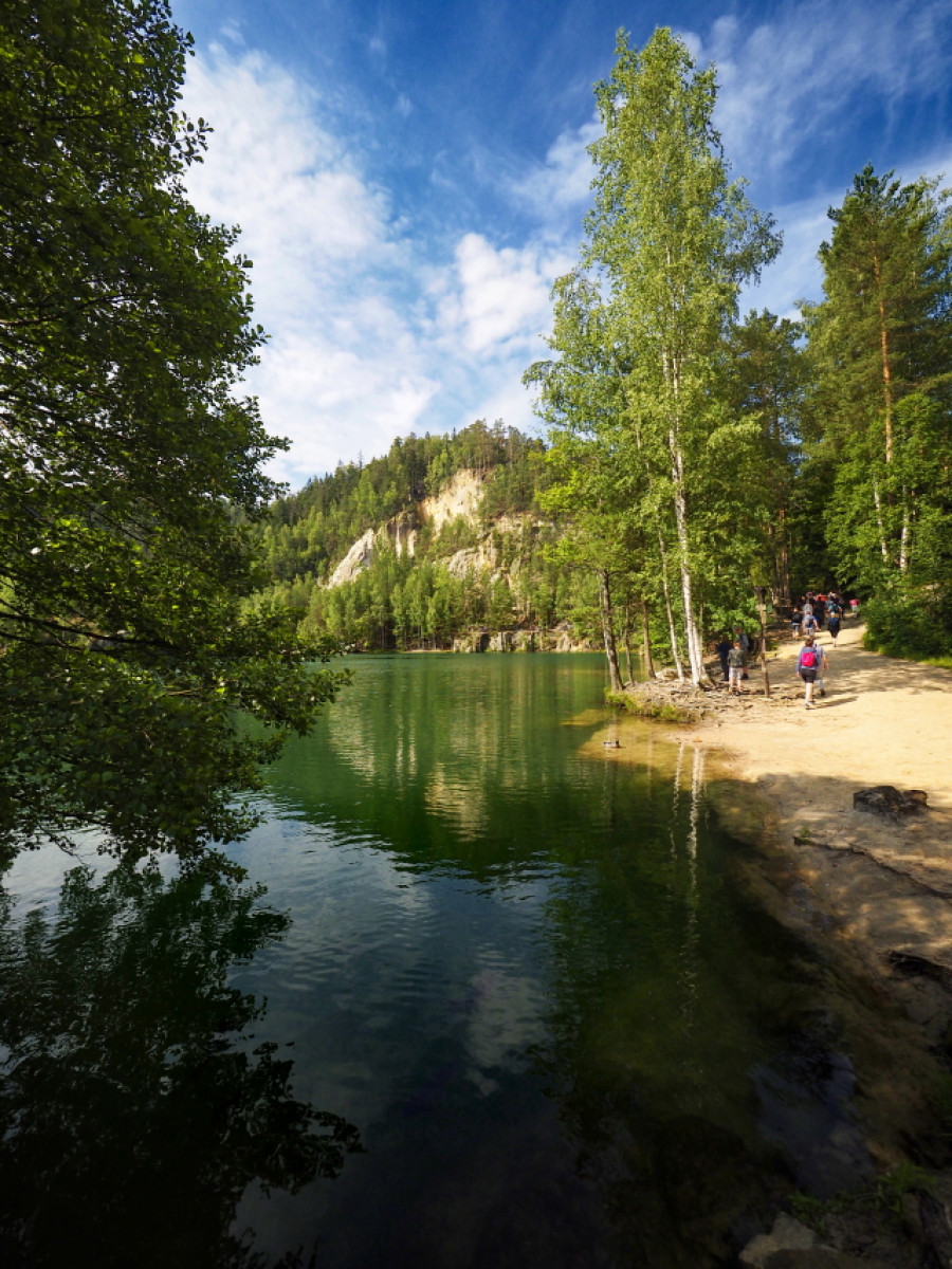 Za vstupem se nachází přírodní jezero. Velmi fotogenické.