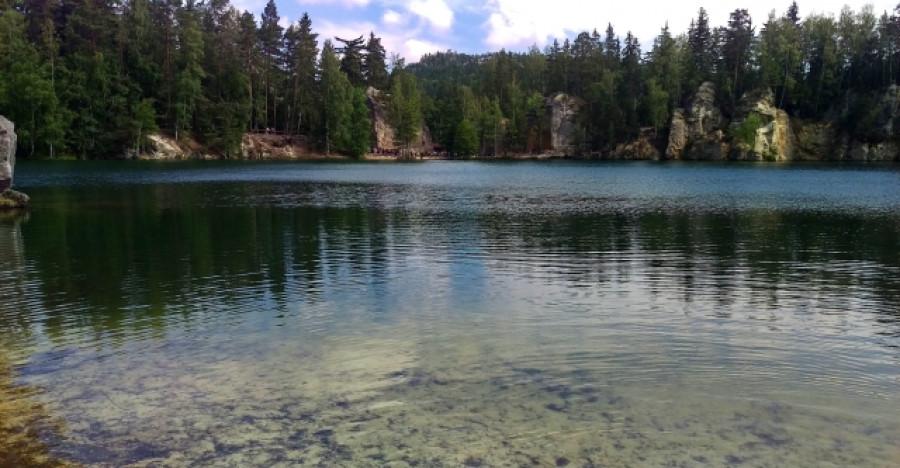 V jezeře je krásně čistá voda. Lze také zahlédnout i pěkně velké ryby.