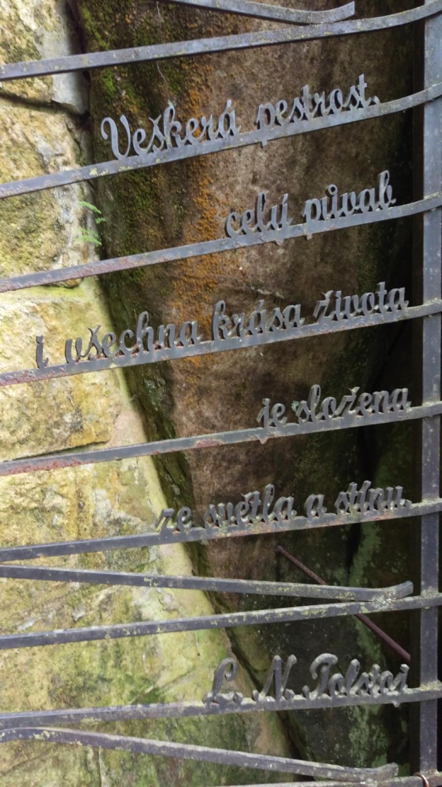Na druhé půlce brány je také zajímavý nápis.