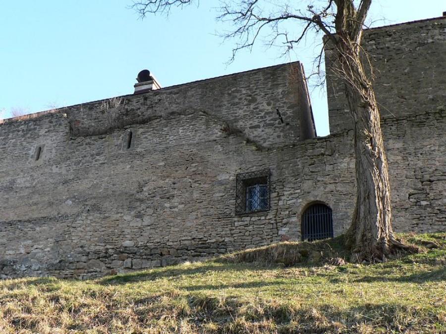 Západní stěna paláce. Při troše pozornosti sami identifikujete zdivo paláce a zdivo novověkých objektů k palácové stěně z druhé strany přimknutých.