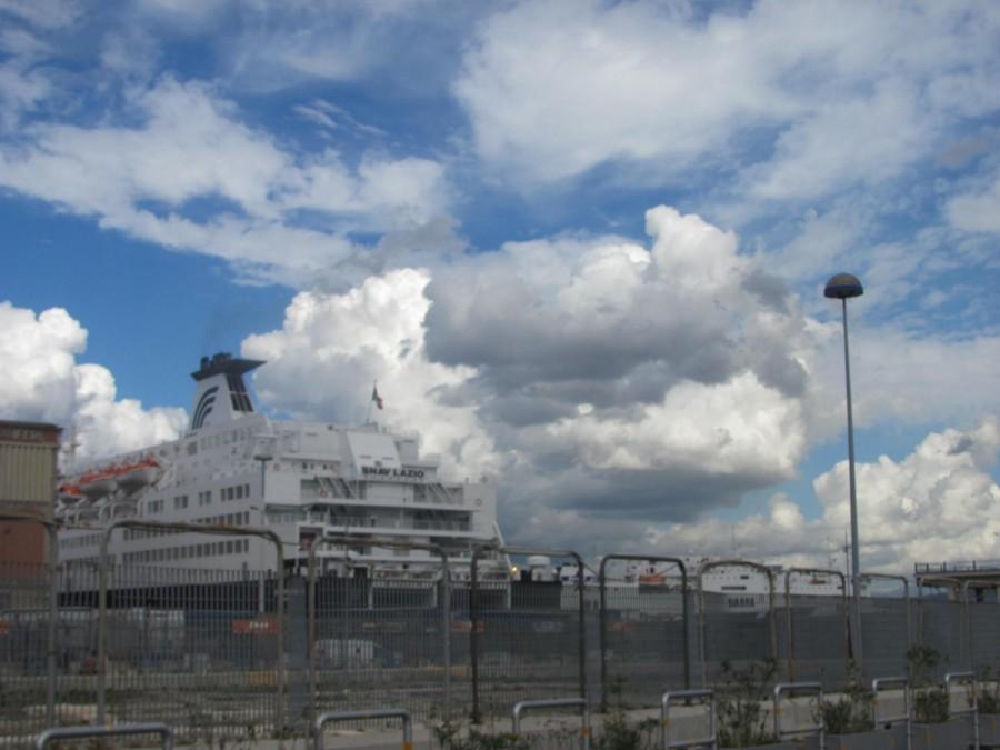 V dopravním přístavu kotví lodě, připomínající spíš monstrum než rekreační plavidlo.