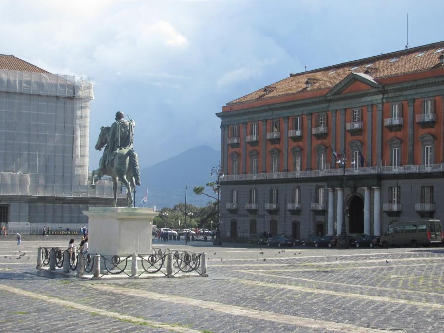 Pohled na Vesuv z náměstí Piazza Plebiscito.