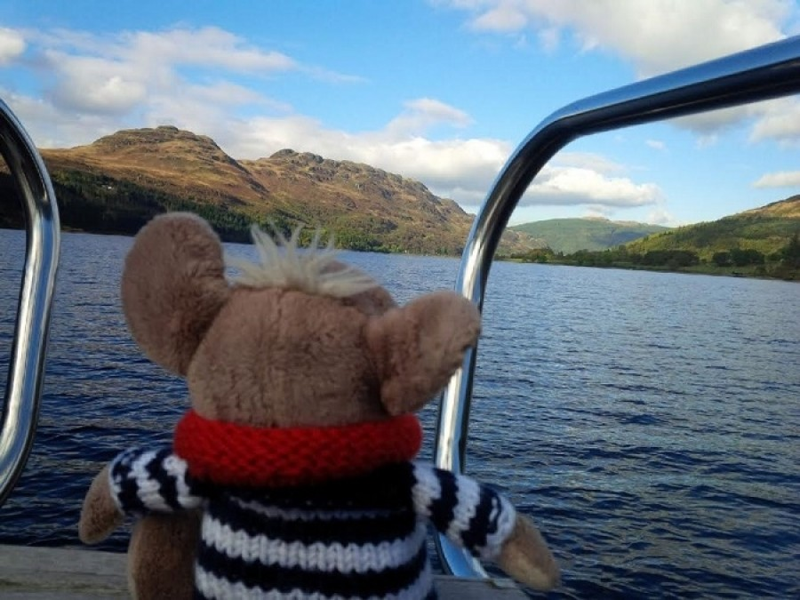 Plavení bylo stejnak lepší. Na skotským pobřeží jsem mohl oči nechat. Je to přeci domovina agenta 007, Jamese Bonda! Jsou si podobní, on je taky takovej pohlednej, divokej, rozeklanej a nevyzpytatelnej!
