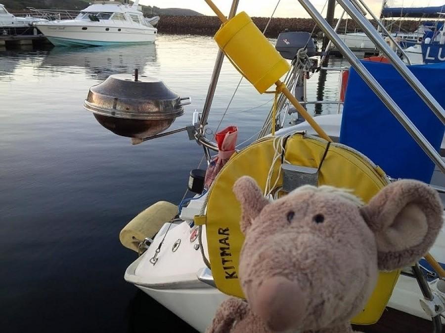 Jardova plachetnice se jmenuje Kitmar a má teleskopickej gril, takže se mi od první chvíle děsně líbila.