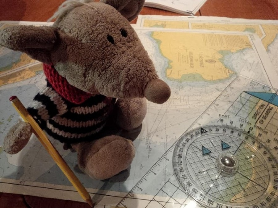 """Což samozřejmě neprošlo, takže Jarda rozložil mapu a vysvětloval: """"Tohle sem přiložíš, tímhle takhle otočíš... chápeš?"""" """"Chápu – to modrý na mapě je voda, žejo? Hele, Jardo, máš prima tužku!"""" """"Šmarjá..."""" Jarda definitivně pochopil, že navigátora ze mě nevykřesá."""