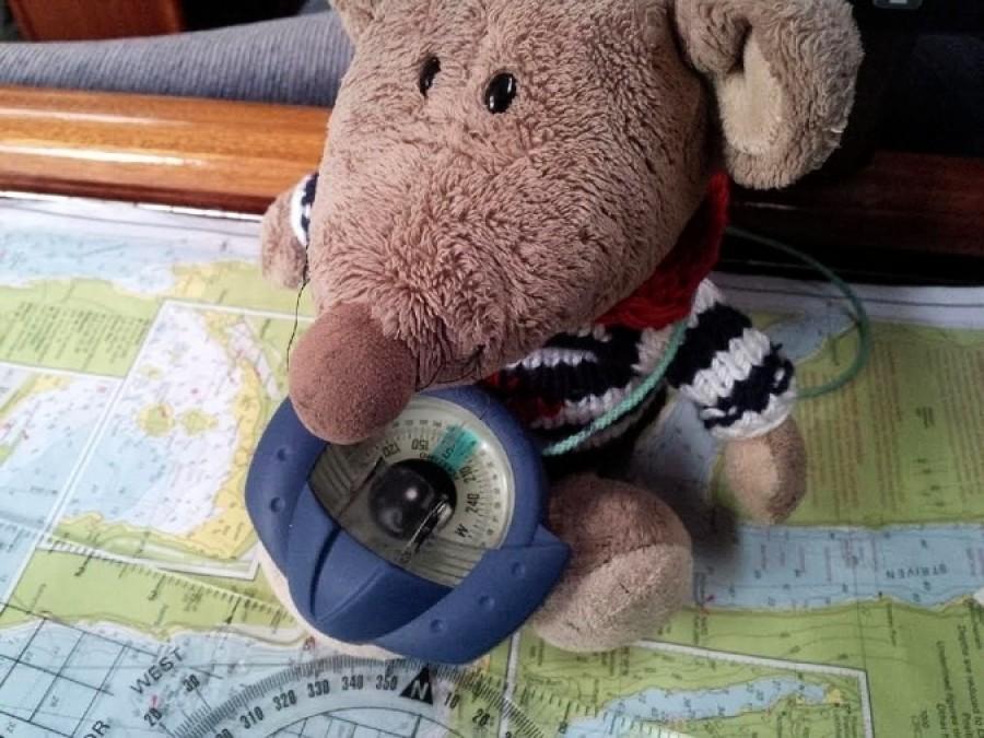 """Jarda pokračoval ve snaze vychovat ze mě námořníka. Pověsil mi na krk kompas a povídá: """"A teď mi, Kabire, řekni, kde je sever!""""  """"Jó, to já nevim! Kdepak asi, mrška, může být?"""" snažil jsem se to zahrát do autu."""