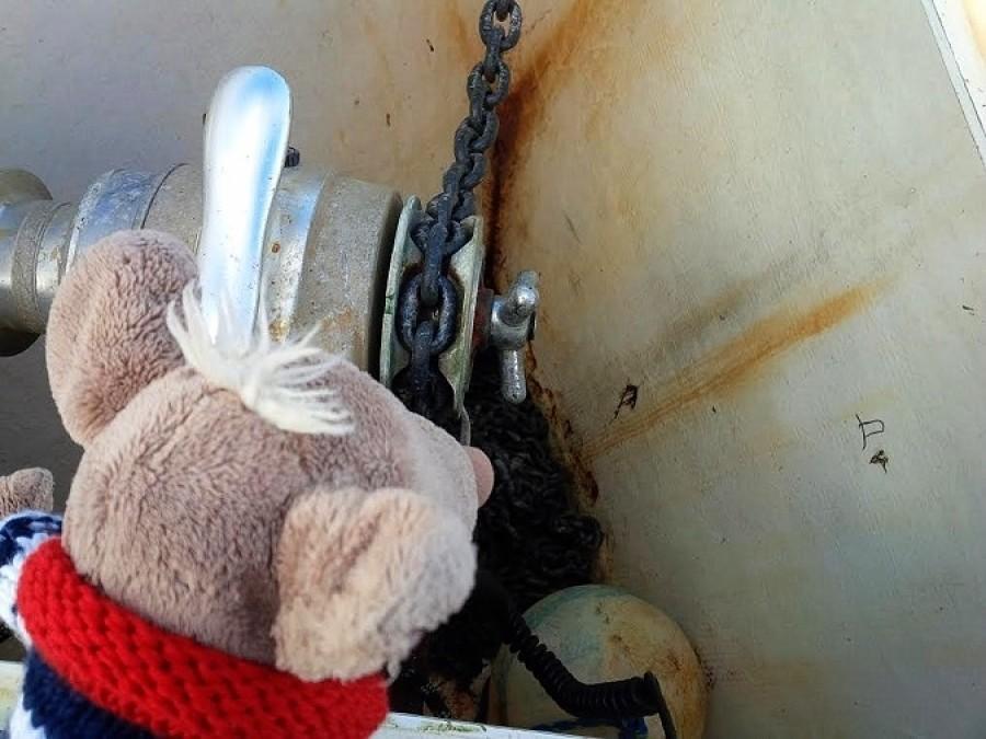 Pak mi vysvětlil, že stožárová plachta je nesmysl a udělal mi malou prohlídku lodi. Mimo jiný mi ukazoval kotvu. Nevím proč, ale pořád mi naskakovalo sousloví