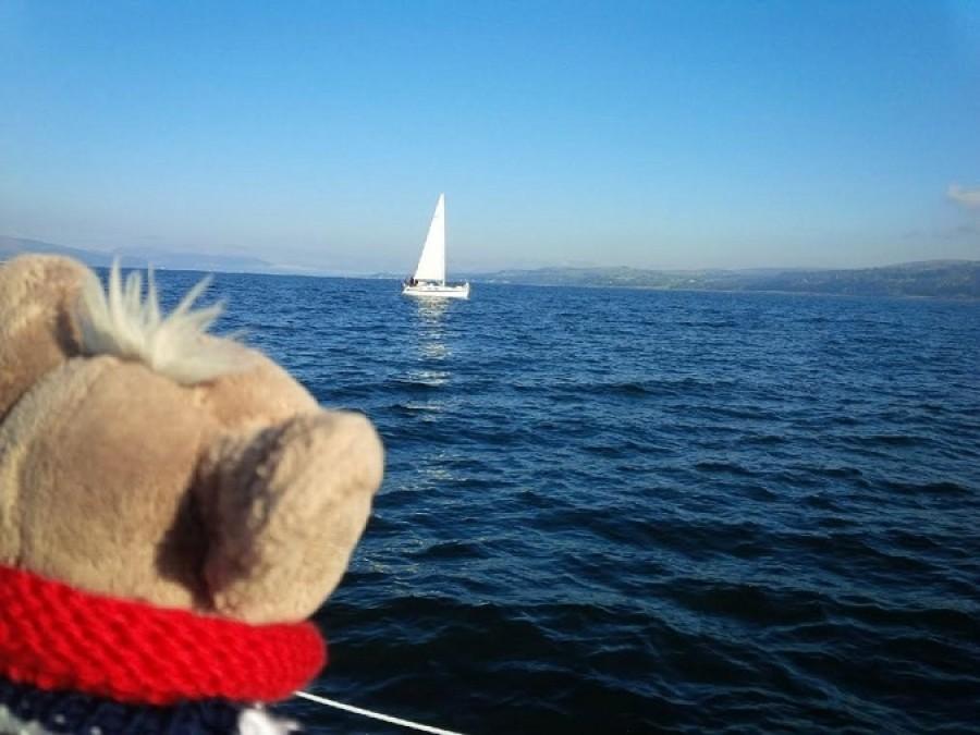 """Jarda mi nařídil, ať si oblíknu svetr a pořádně se držím, vytáhl kotvu a už se plulo! Potkávali jsme i jiný lodě. Volal jsem na ně """"Ahóóój! Naše loď je hezčí než vaše!""""  Usmívali se a mávali, tak asi souhlasili."""