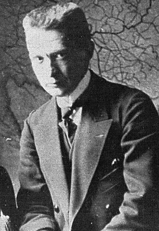 A. F.  Kerenskij  (1871-1970) Od dubna 1917 ministr války a válečného námořnictva. Dne 3. září bylo Rusko vyhlášeno demokratickou republikou a Kerenskij se stal premiérem nově zformované Prozatímní vlády. V ten čas již země čelila povšechnému a bezprecedentnímu rozkladu, a lidé se masově vyslovovali proti Kerenského pokračování ve vedení války. Nejen bolševici (ovládající Petrohradský sovět) proto odmítali nové vládě vyslovit vládě důvěru.