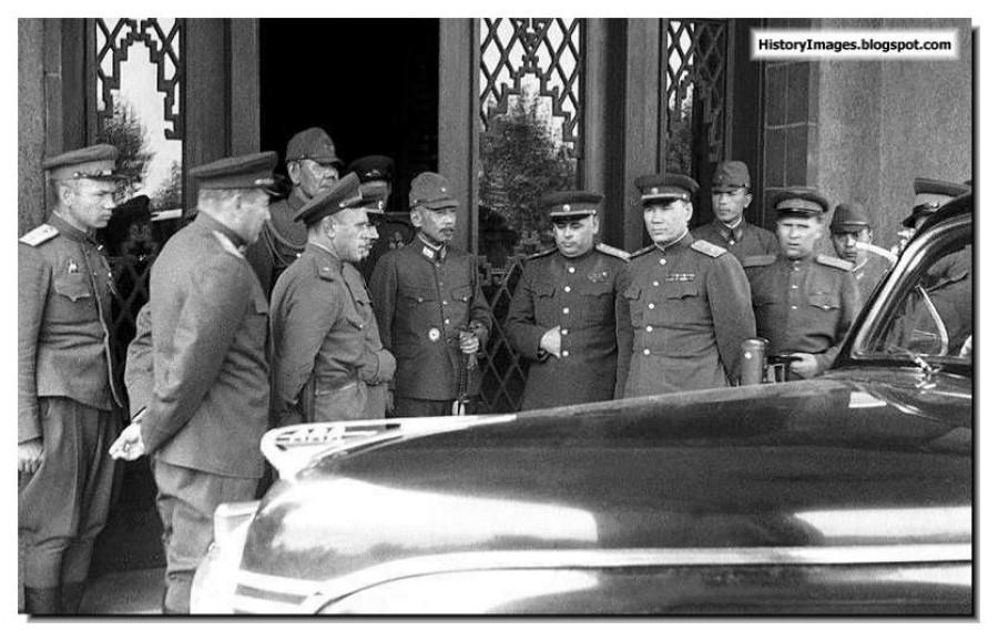 Kapitulace velení japonské kwangtungské do rukou generálů Rudé armády.