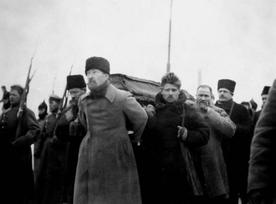 Železný rudý Felix v čele nesoucích rakev se zesnulým politickým géniem, zakladatelem bolševické strany nového typu a vůdcem světového proletarariátu i proletarariátu národů prvního socialistického státu světa - Sovětského svazu..