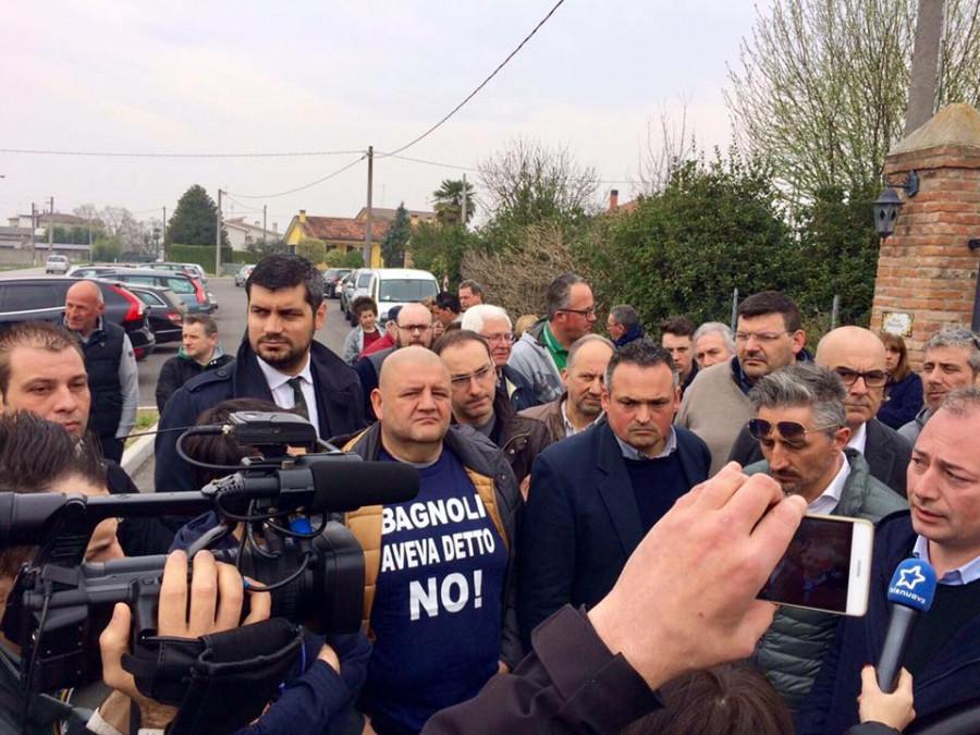 Bagnoli ha detto NO . Roberto Marcato, Andrea Ostellari a starostové Filippo Lazzarin, Modesto Lazzarin a další  starostové blízkých oblastí žádají o uzavření centra. Jmenovaní jsou členy Lega Nord.