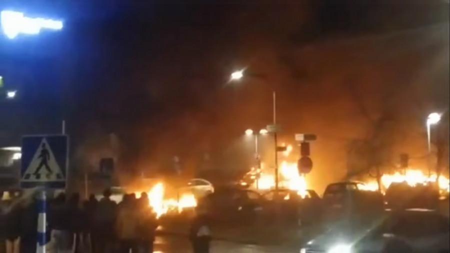 Hořící auta během nepokojů ve Stockholmu 20. února 2017. (Zdroj obrázku: snímek obrazovky videa na You Tube autora gladbecker82)
