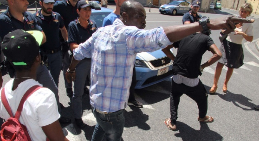 Protest migrantů v Prato. Migrant vytahuje před jednou ženou mobil z trenek ...