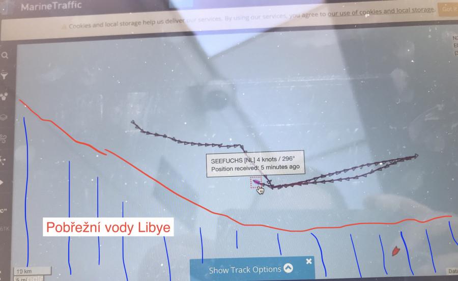 Loď See Fuchs neziskové organizace See Eye s uplynulých dnech opakovaně jezdila poblíž libyjských břehů rychlostí několika uzlů. Tím podle Frontexu usnadňují pašerákům navádění člunů s migranty, které posílají na místo pohybu
