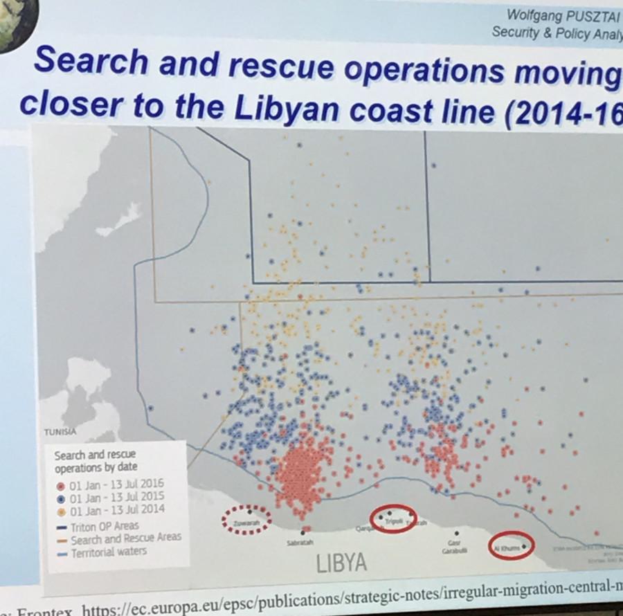 Z obrázku je patrné, že zatímco v roce 2014 probíhaly záchranné operace ve Středozemním moři, postupně se v roce 2016 přestěhovaly výhradně k hranicím Libye. Mnohé neziskovky si tak jezdily pro migranty do blízkosti libyjským měst.