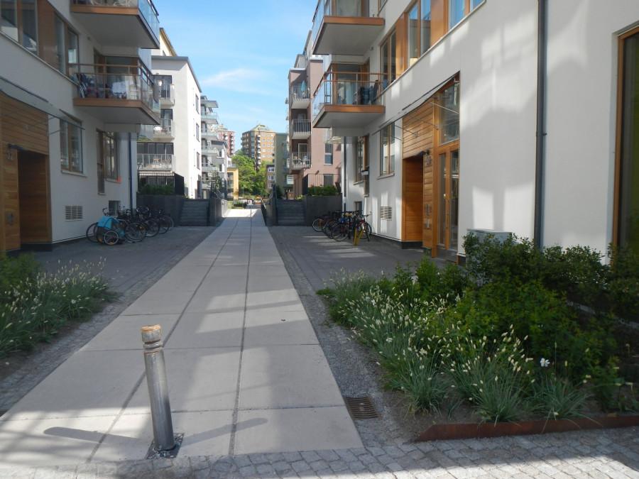 drobné osvěžující záhony v ulici Stockholm, Hammarby Sjoestad