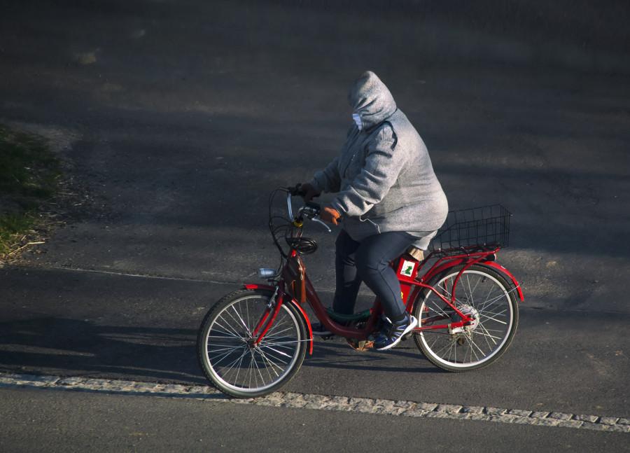 Občané na První Avenue só descipilnovaní, nosijó róške i ochranný rokavice. A červená barva nemuže chebět.