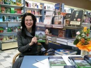 Hana Rebeka Šiander během autogramiády svého románu Brigita.