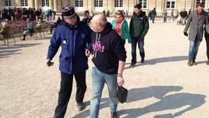 Pan Talley je odváděn na policii v oblečení, které prý porušuje dobré mravy