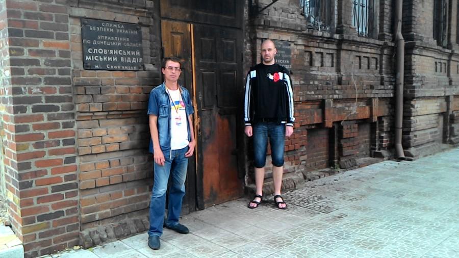 Já s Valerijem před bývalým štábem Strelkova ve Sloviansku