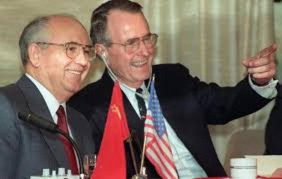 Epochální zrádce s protege Nového světového řádu Georgem Herbertem Walkerem Bushem v roce 1988