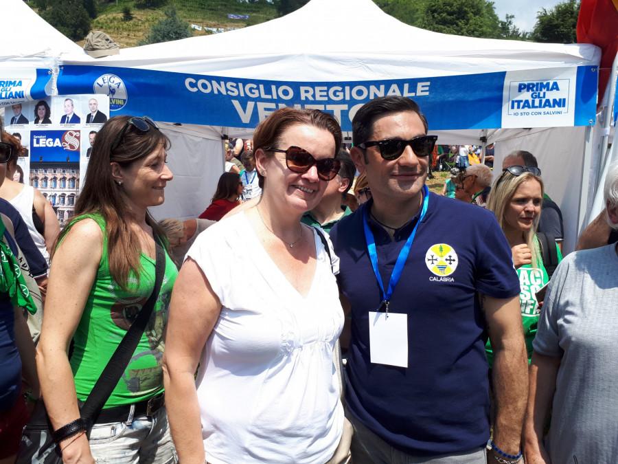 Europoslankyně Mara Bizzotto a nový poslanec Domenico Furgiuele z Kalábrie ... tito přátelé mi pózují před stánkem krajské rady Veneto.