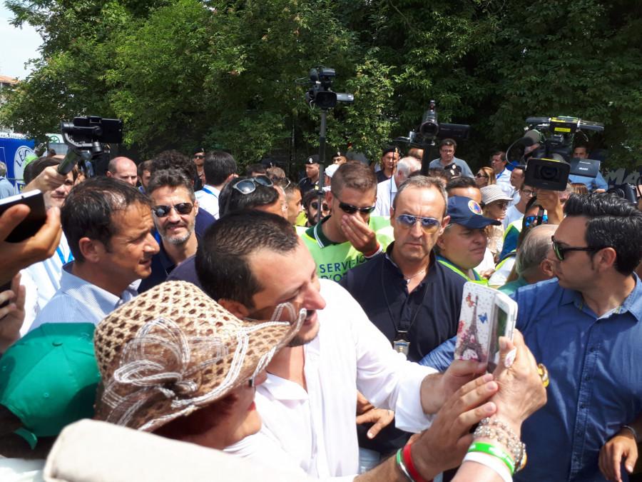 Matteo Salvini obklopen davem ... jeho fanoušci jsou děti, studenti, dospěláci a také starší občané ...
