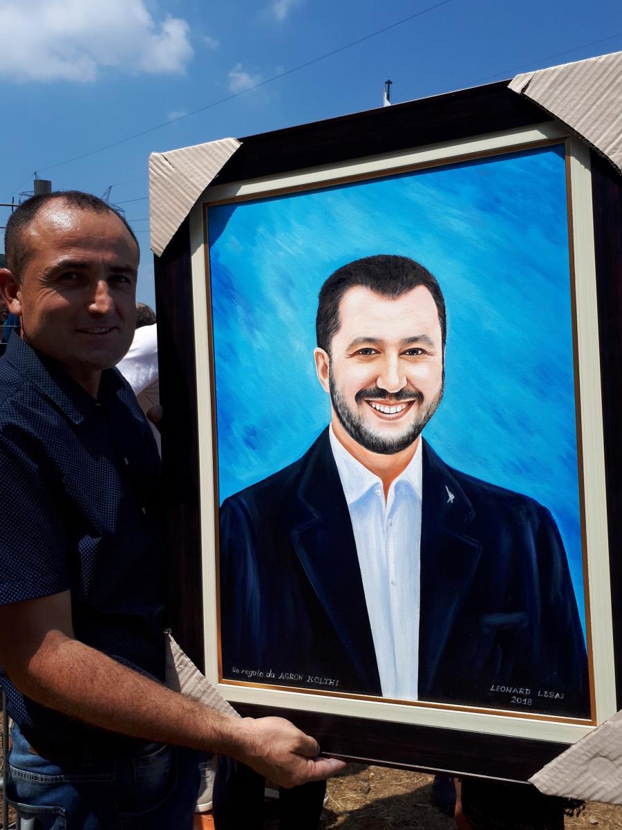 Pán co přinesl dárkem Matteovi  obraz je původem z Albánie a není nelegálním uprchlíkem. Odsuzuje nelegálnost a Matteovi fandí tak jako jeho kamarád,který je autorem obrazu.