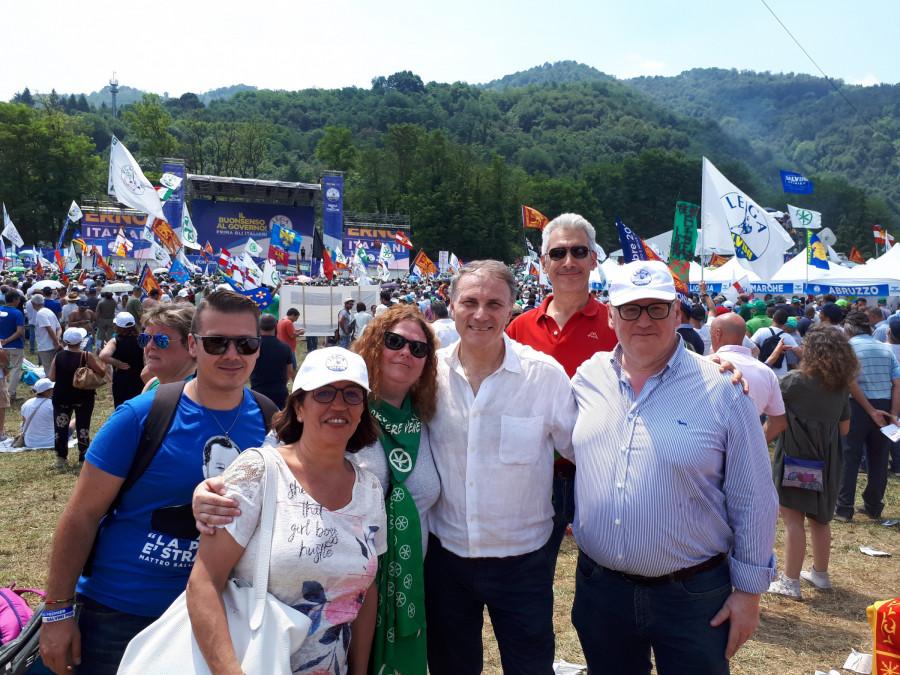 Se sicilskými přáteli z Ligy ... vedle  je v bílé košili poslanec Alessandro Pagano. Další pán v košili je z Palerma a Vanni v modrém z Caltanissetta ... již se těší na článek.